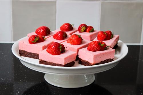 Aardbeien kwark gebakjes met brownie bodem